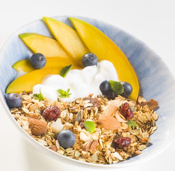 Mango & sinaasappel smoothie bowl met granola